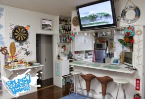 Kitchen and Bar at Splash Guest House - Hebara Japan